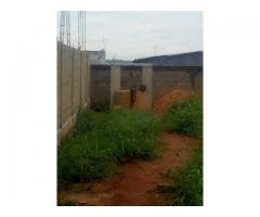 Une parcelle clôturée avec puits à Awakè Mariagléta deuxième position d'un angle de rues