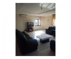 Un Appartement entièrement meublé et climatisé est mis en location au 2ème étage