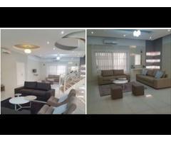 deux salons meublés, une cuisine américaine bien équipée, une boyerie avec douche