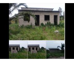Une parcelle de 500m² comportante une chambre salon a Pahou quartier Houndjava