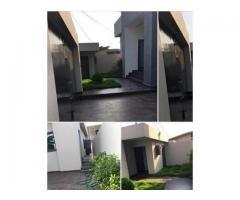 A louer Villa meublée de 3 chambres un salon sanitaire située à Calavi Tankpè
