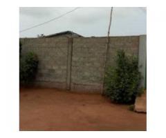 parcelle clôturée sur angle de rue située à zopah, non loin de la zone de bio tchané