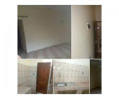A louer une chambre salon sanitaire propre et vaste avec couloir à godomey togoudo 5 ménages.