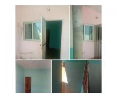 Chambre salon sanitaire dallée avec baie vitré à godomey au bord de la voie.