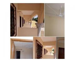 met à votre disposition une chambre salon avec couloir à Togoudo
