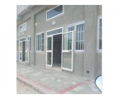 Boutique sanitaire climatisée, une porte de 2 battants baie vitré