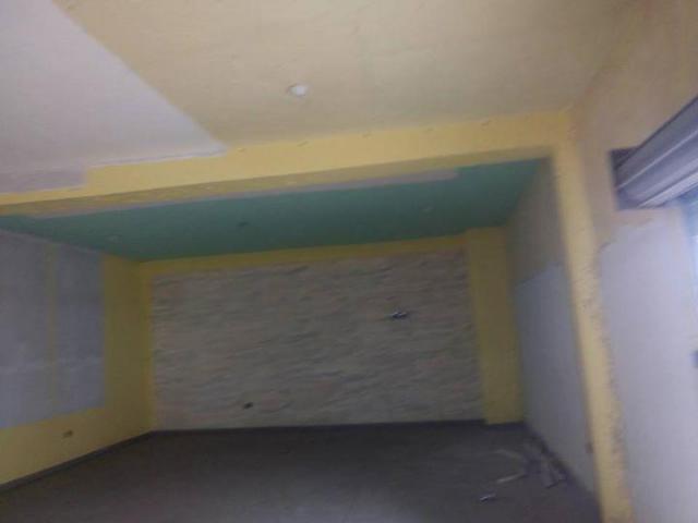 Un hall sanitaire R+1 très bien positionné et vaste au bord du goudron de Bidossessi