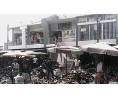 R+1 faisant office de centre commercial en plein coeur du grand marché Missèbô
