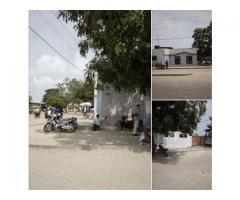 bâtiments a mènontin au bord du pavé sur angle de rue