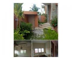 villa composée de : 4 chambres avec armoires 2 salons ,3 douches ,1 toilette visiteur