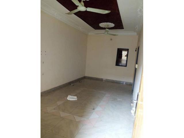 2 chambres salon sanitaire dallée et staffée ,5 ménages  à calavi zogbadjé.