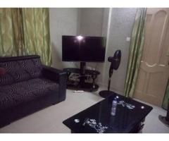 Un appartement meublé bien équipé de chambre salon climatisée wc