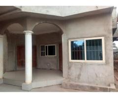 en vente une villa dallée dans la von du marché Togba, commune d'Abomey Calavi