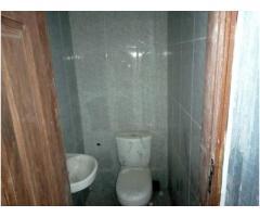 Disponible à louer à fidjrosse une chambre salon bien propre avec staff