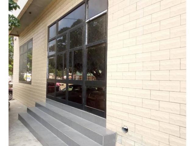Une boutique spacieuse constituée de deux niveaux identiques