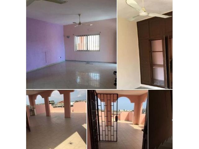 un appartement de trois chambres salon sanitaire avec une grande terrasse