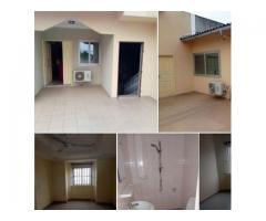 Deux chambres salon sanitaire staphé à Agla Akplomey aux 1er étage