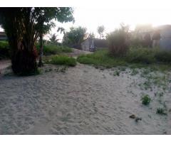 À VENDRE 2 parcelles recassées et loties à Djreregbé, dans la zone de la radio Wekè