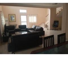 Maison à louer à cotonou cocotiers de 4 chambres salon