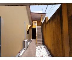 Une belle villa basse de 04 pièces est en.nocation au 2 plateau salon. 03 chambres