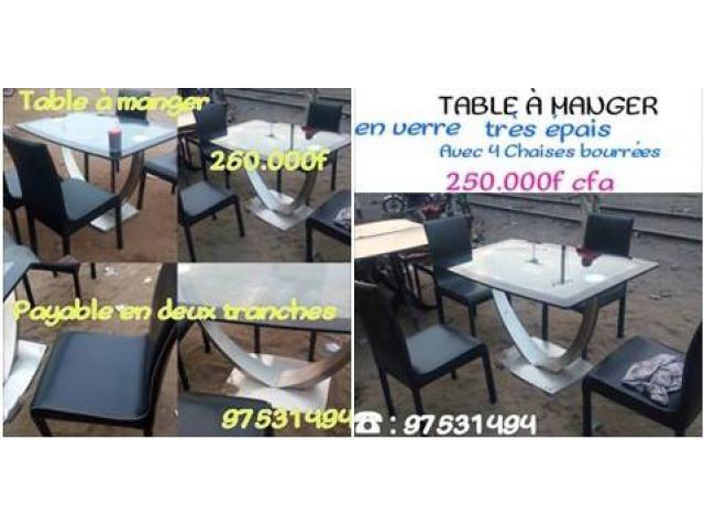 TABLE A MANGER IMPORTEE EN VERRE TRES EPAIS AVEC 4 CHAISES BOURREES