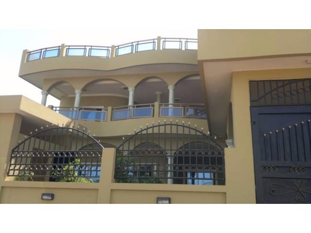 À vendre à Calavi Akassato, dans la zone du commissariat, une villa d'une superficie de 544 m2