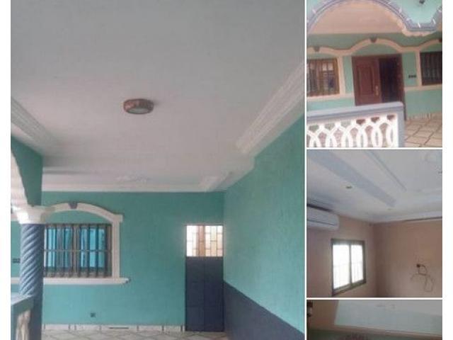 A louer Villa de 03 chambres salon Wcd Cuisine interne bien propre. Sanitaire
