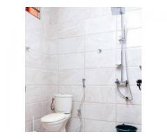 Disponible au bord du goudron à *Menontin* une boutique dallée sanitaire nouvelle construction
