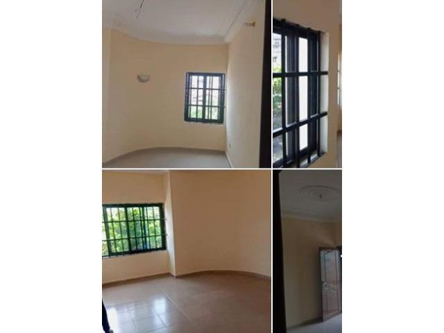 Une chambre salon sanitaire spacieuse avec couloir et balcon