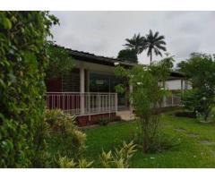 Terrain bâti abritant une villa basse avec un grand jardin à Cocody Danga