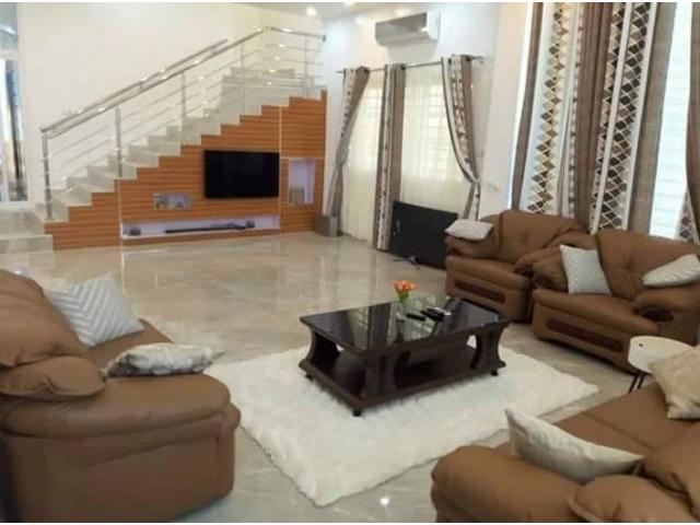 Villa Triplex R+2 avec piscine de 05 chambres autonome spacieuse