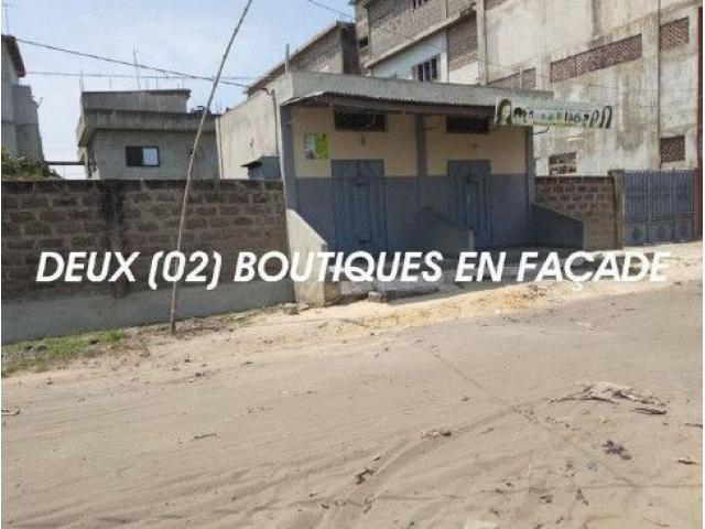 A VENDRE Parcelle 432m2 clôturée abritant deux boutique sanitaire dallé