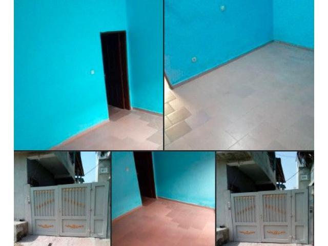 Une chambre salon sanitaire propre dallé située au rez-de-chaussée  à 30 milles à agla