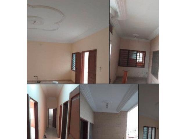 Deux chambres salon sanitaires à Akpakpa carrefour avotrou une douche au premier étage