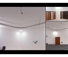 Maison personnelle deux (02) chambres salon sanitaires staffées cuisine à Dekoungbe
