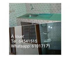 À louer, à Sèdégbé/ Pk14, chambre salon sanitaire, carrelée et dallée. Maison calme et carrelé.